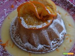 Soffice tiepido all'arancia su crema inglese con fette di arancia caramellate al miele di bosco
