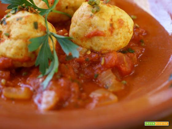 Polpette speziate di pesce in salsa di pomodoro, speziata anche lei