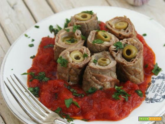 Involtini gustosi su letto di pomodoro italiano
