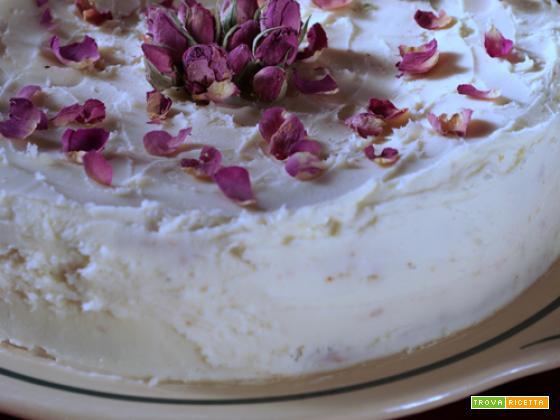 Torta gluten free al cioccolato bianco e alle rose, profumata al cardamomo...realismo magico in cucina
