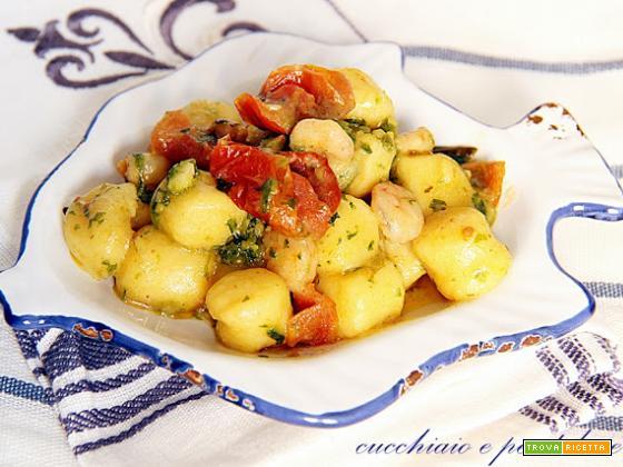 gnocchi con gamberetti, pesto di zucchine e ciliegino secco