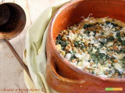 zuppa di cavolo nero, pane e lenticchie nel coccio