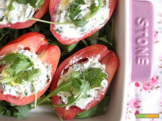 Pomodori freddi con crescenza, rucola e erba cipollina