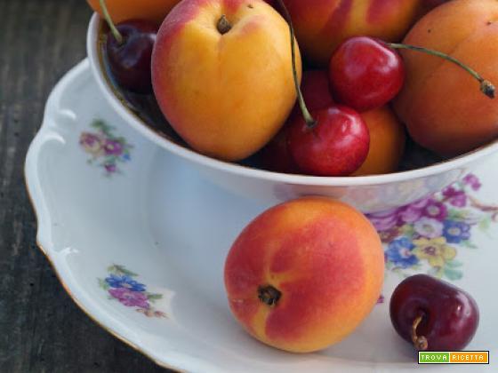 Coppe golose e veloci con ciliegie e albicocche
