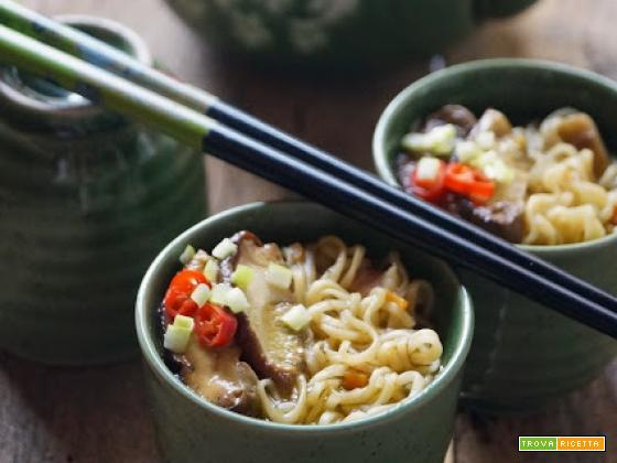 Zuppa di noodles con funghi porcini e guanciale