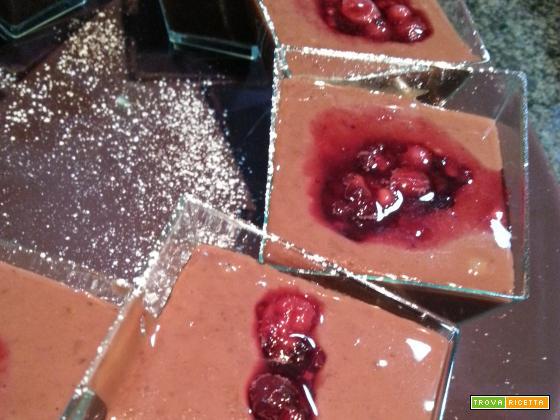 Coppette di crema cioccolato e frutti di bosco