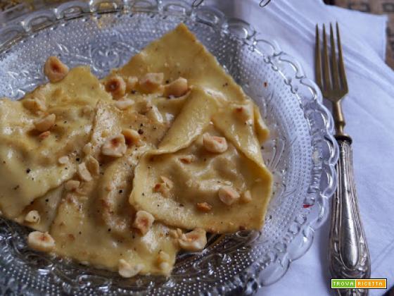 Ravioloni al topinambur e toma con burro fuso all'acciuga e nocciole del Piemonte