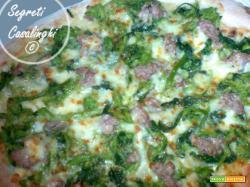 pizza con broccoli salsiccia e mozzarella