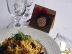 Fusilli lunghi con pomodori secchi, tonno, olive nere e finocchietto selvatico