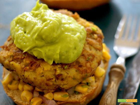 Hamburger vegertariano di fagioli con l'occhio e patata dolce, con salsa cruda al mais