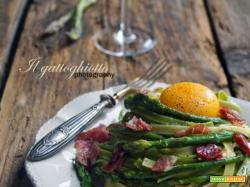 Paglia e fieno con asparagi, coppa di parma e tuorlo fresco