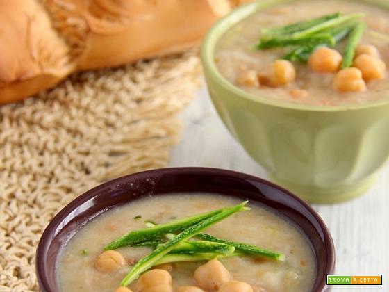 zuppe di pane, legumi e verdure crude per la rubrica Cuciniamo con quello che c'è