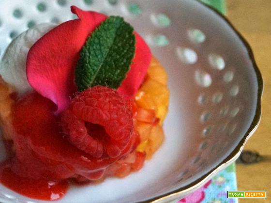 Tartare di frutta con gelato e coulis di fragole e lamponi