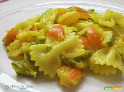 Insalata di farfalle con zucchine e gamberetti