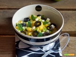 Insalata croccante con mango, zucchini, primo sale e olive nere