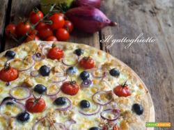 Pizza semi-integrale con tonno, pomodorini, olive nere, cipolle e parmigiano