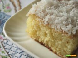Bolo gostoso com cobertura de coco (Torta deliziosa con copertura al cocco)