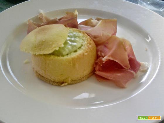 Zuccotto di Pan di Spagna salato & soffice spuma di porri con guarnizione al Prosciutto Crudo