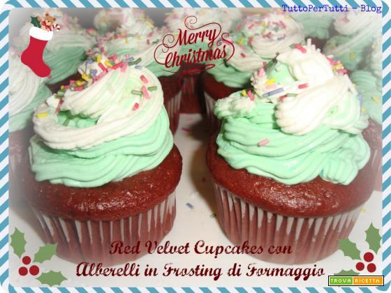 RED VELVET CUPCAKES CON ALBERELLI IN FROSTING DI FORMAGGIO - Speciale Natale