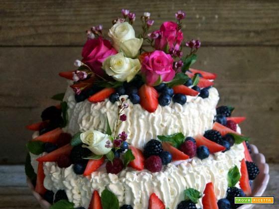 Torta decorata con frutti di bosco per la mia principessa