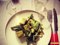 Tofu esotico con anacardi e fagiolini dell'orto