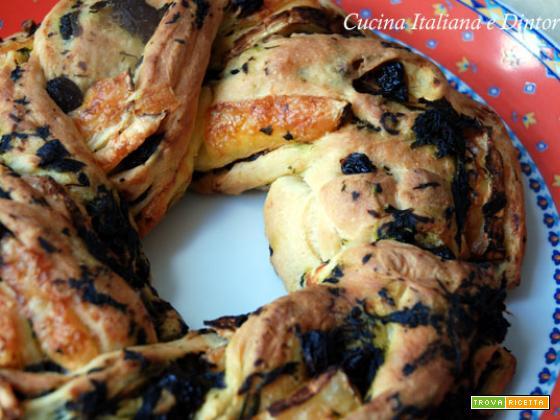 Torta Angelica salata farcita con uvetta, spinaci e brie