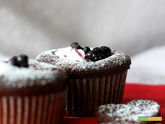 Devil's food cupcakes con panna e mirtilli