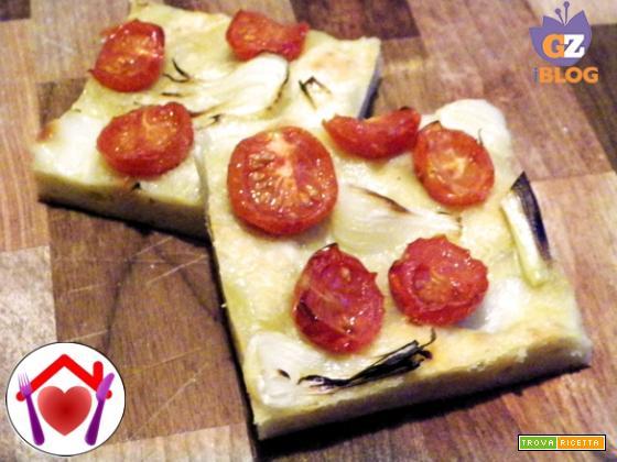 Focaccia soffice alle patate con cipollotti e pomodorini