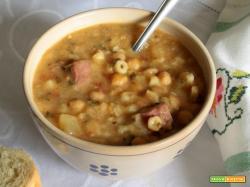 Zuppa di ceci con ditalini (Sopa de grão-de-bico com macarrãozinho)
