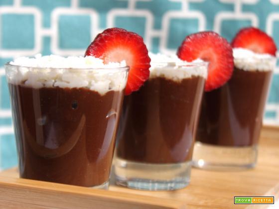 Mousse light al cioccolato con avocado e cocco