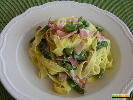 Tagliatelle con asparagi e speck