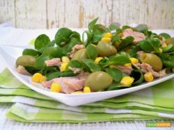 Insalata di tonno con olive e mais