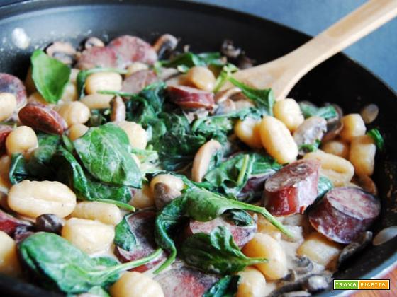 Gnocchi funghi, spinaci e salsiccia – ricetta