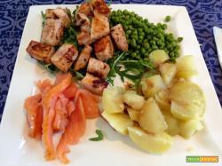 Senza Bimby, Pesce Spada alla Piastra su Letto di Rucola, Piselli, Patate al Vapore con Aceto Balsamico e Salmone Affumicato