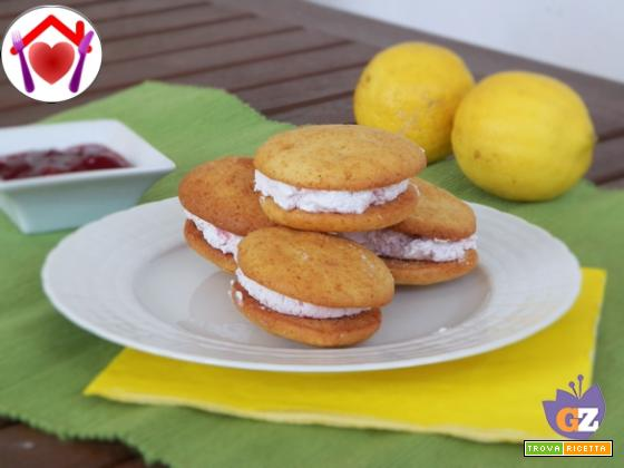Whoopies al limone con crema alle fragole