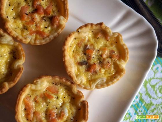Tartellette con salmone, cipollotti e panna
