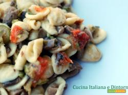 Orecchiette funghi, zucchini e pomodorini