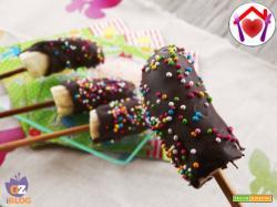 Spiedini di banane glassate al cioccolato