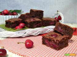 Quadrotti di torta al cioccolato e ciliegie