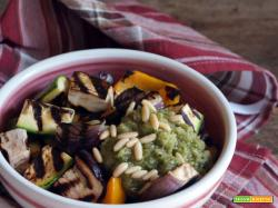 Insalata tiepida di verdure con salsa di pane e pinoli