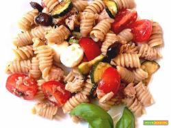 Ricetta estiva: pasta fredda con zucchine, mozzarella, pomodorini tonno e olive