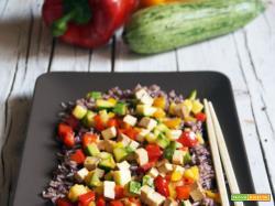 Insalata di riso vegan con verdure e tofu affumicato