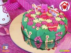 Torta di compleanno alla vaniglia con farcia al cioccolato