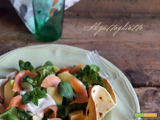 Insalata con salmone, avocado e salsa alla menta in cialda croccante