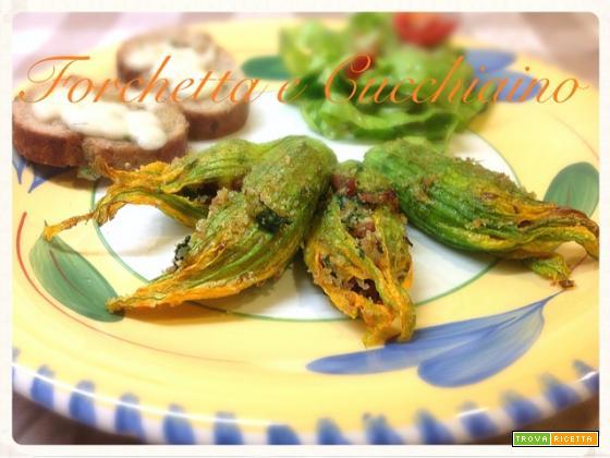 Fiori di zucca leggeri ripieni di speck, lattuga e briciole di pane alforno