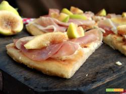 Pizza di farro con prosciutto e fichi
