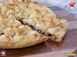 Torta salata con tonno, olive e patate