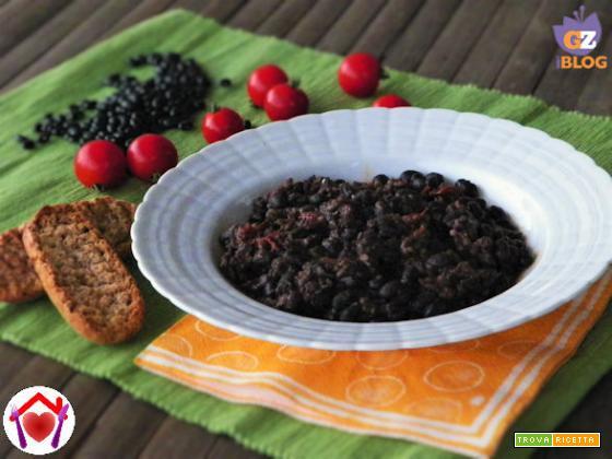 Zuppa di fagioli neri e pomodori