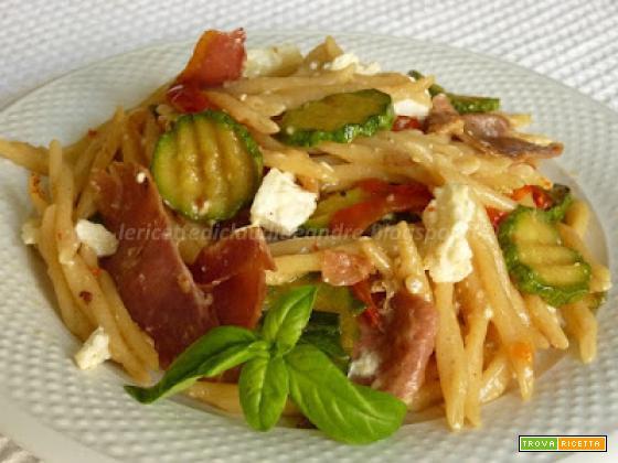 Trofie con peperoni, zucchine e prosciutto crudo