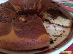 Ciambella bicolore senza burro con gocce di cioccolato